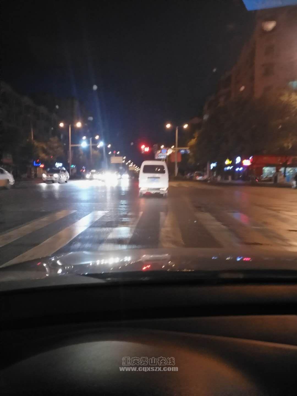 这个红绿灯坏了很久了。