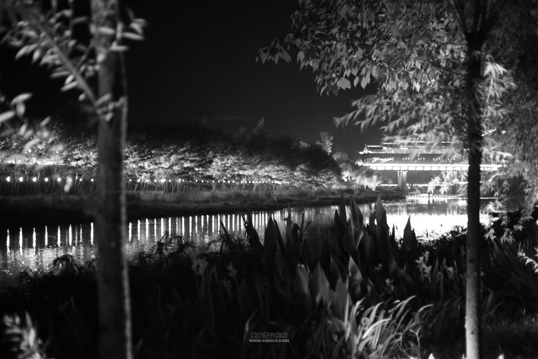 夜幕下的梅江河畔和西街回廊