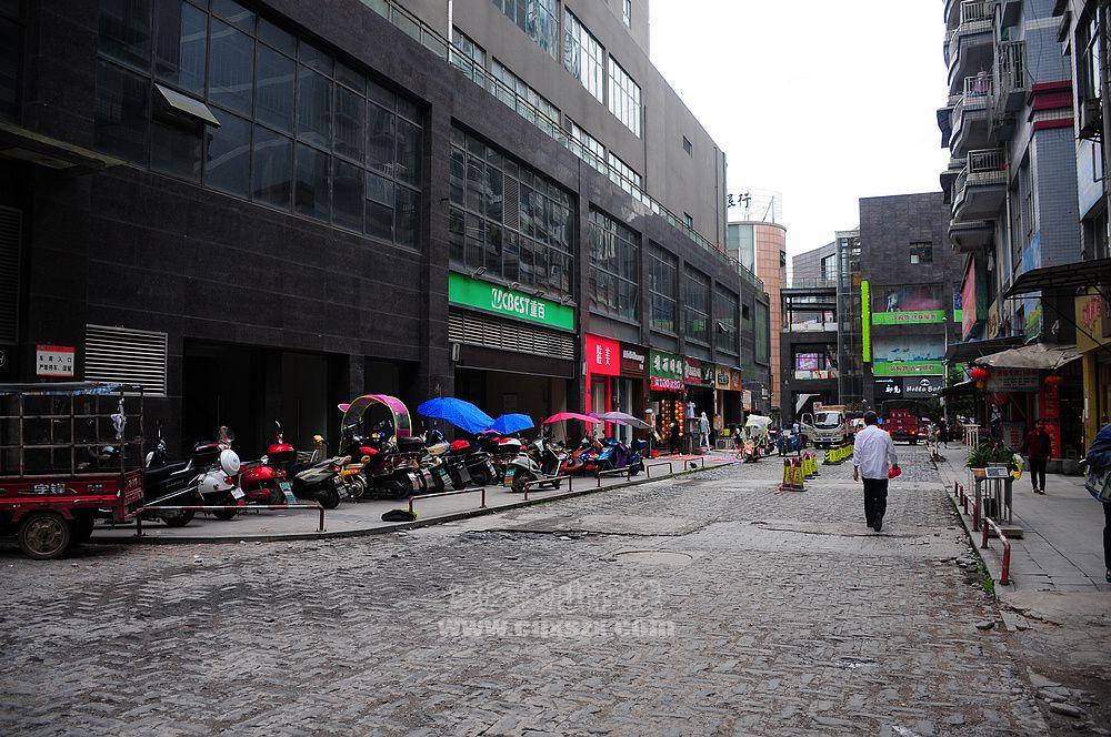 武陵财富中心重百地下停车场遭到业主车辆堵死
