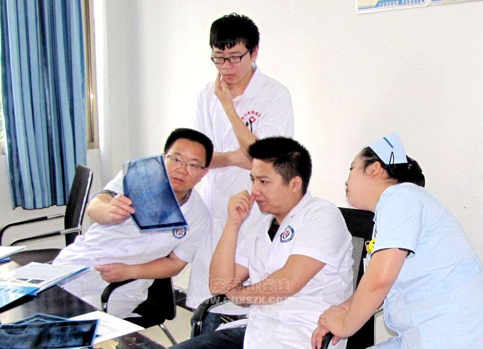 图02:外一科主任、副主任医师杨明(左一)、主治医师张永卓(右二)等医生,仔细会诊住院病人的病情。