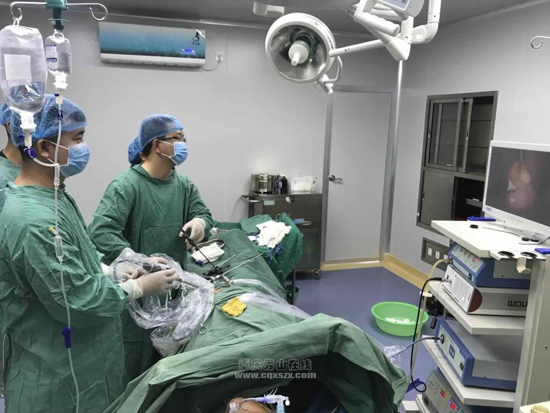 图04:外一科主任、副主任医师杨明,施行腹腔镜下阑尾切除术。