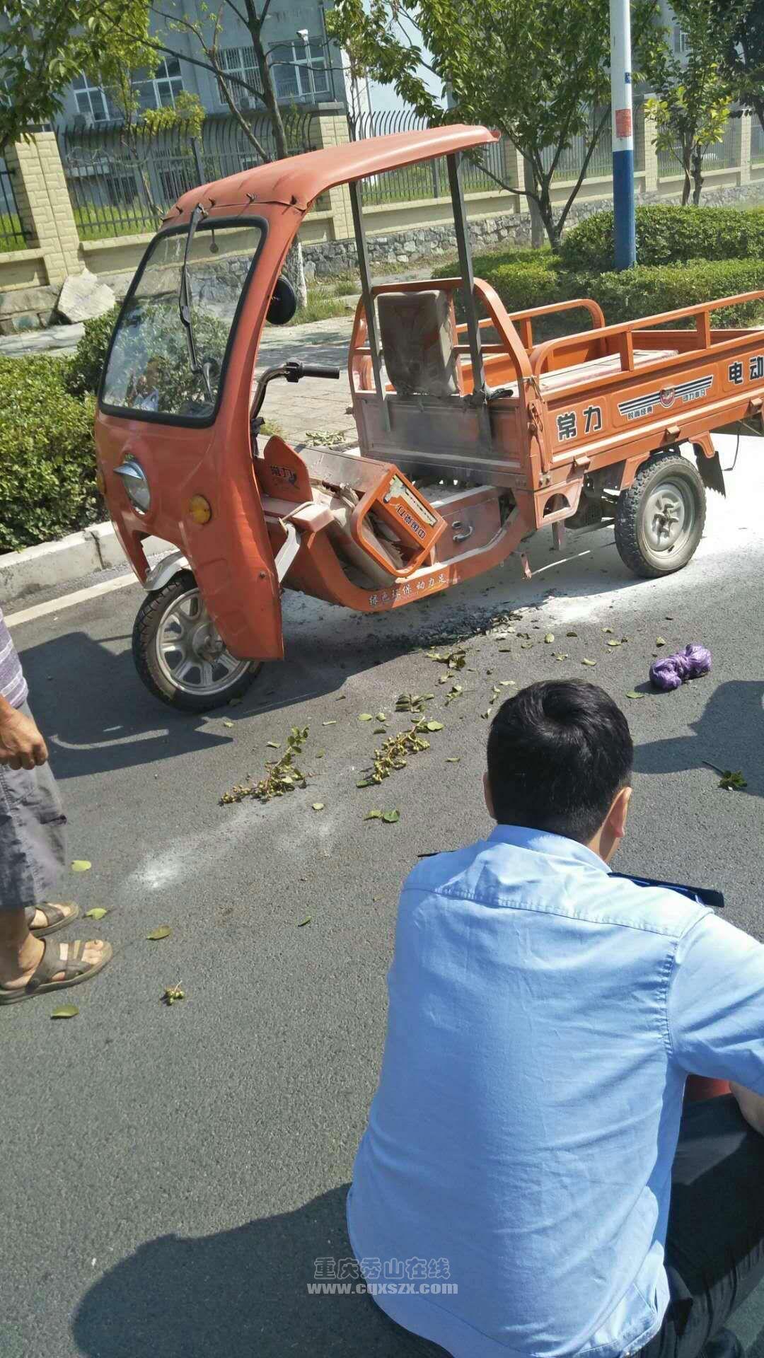 三轮车自燃警察蜀黎、大车司机仗义相助无人员受伤,为他们点赞