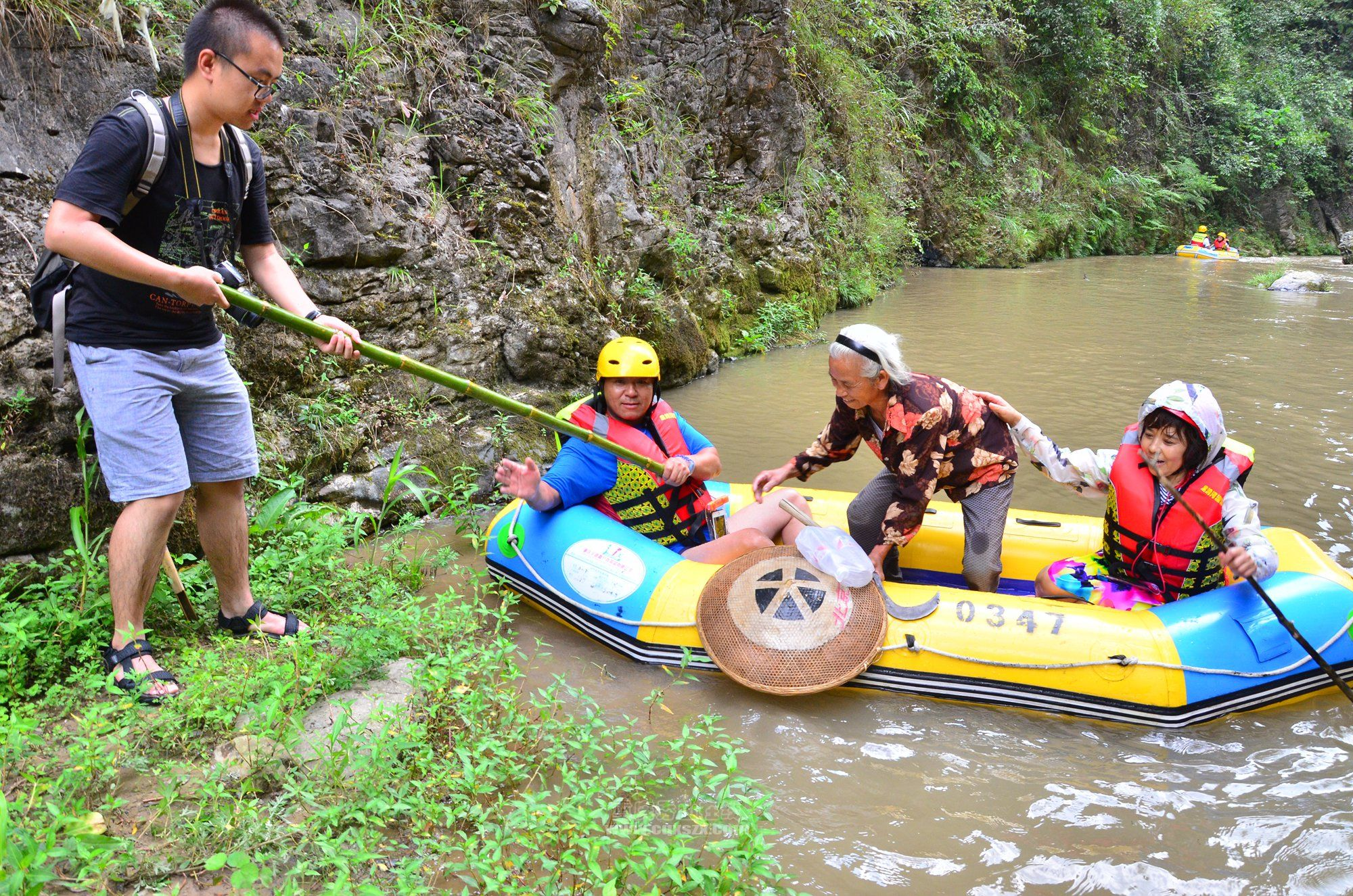 黑洞河漂流最温暖人心的一幕,突涨大水游客护送老人过河。