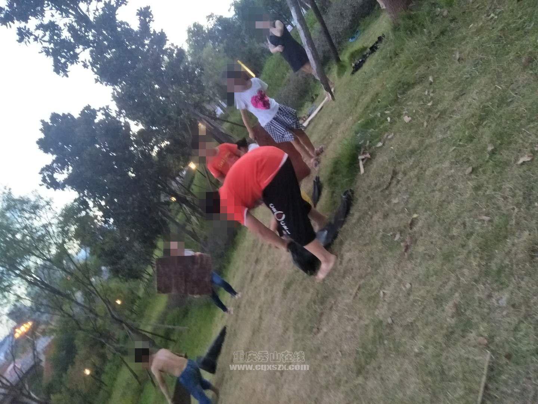 孩子公园滑草,家长不管还纵容
