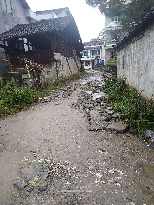 乡村公路至今还是泥巴路